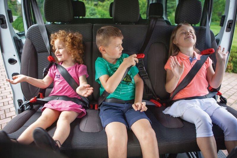 後部座席に子ども3人が乗車可能
